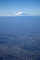 旅客機より富士山とビル群を望む 東京ドームと新宿副都心
