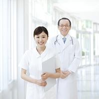書類を抱える看護師
