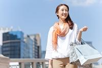 買い物袋を持つ中高年日本人女性