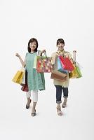 ショッピングバッグを持った母と娘
