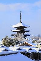 京都府 雪景色の八坂の塔と町並み