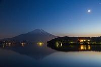 山梨県 山中湖から夜の富士山と月