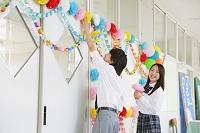 文化祭を準備する高校生