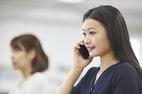 電話する日本人ビジネスウーマン