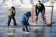 アイスホッケーを練習する家族