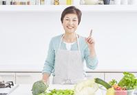 キッチンに立つシニア日本人女性