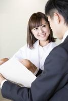 資料を受け取る日本人医師