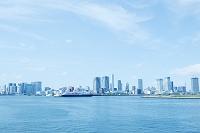 東京都 レインボーブリッジ遊歩道 東京湾臨海エリアのビル群と...