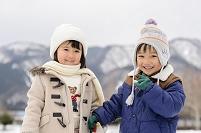 雪山でなかよしの日本人の子供達