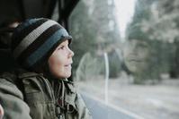 窓の外を見る男の子