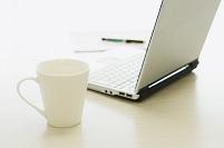 コーヒーカップとパソコン