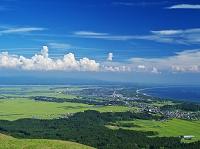 秋田県 潟上市街地と水田地帯と日本海