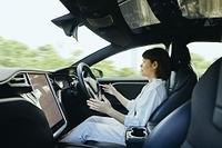 自動運転車を運転する日本人女性