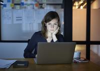 残業する外国人ビジネス女性
