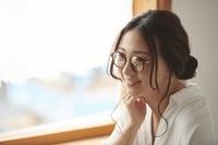 眼鏡をかけた笑顔の日本人女性