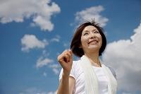 ジョギングする中年日本人女性