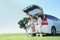 車で出かける日本の家族