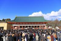 京都府 平安神宮 初詣の参拝客と大極殿(新年元旦)