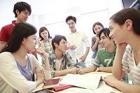 ゼミ教室でディスカッションする複数の男女大学生