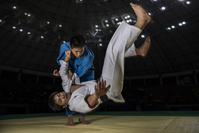 技を決める男子柔道選手