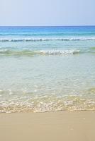 沖縄県 砂浜に打ち寄せる波と海
