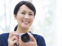 カメラを持つ日本人女性