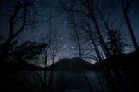 北海道 夜の然別湖に昇る冬の星々 おうし座 御者座 オリオン座
