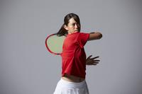 フォアハンドをする女子テニス選手