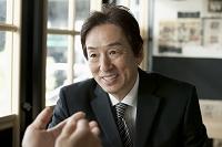 談笑する50代ビジネスマン