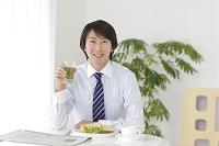朝食を食べる日本人ビジネスマン