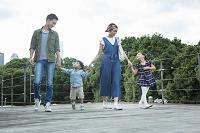 ウッドデッキを散歩する家族4人