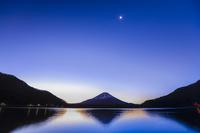 山梨県 精進湖から早朝の富士山と残月
