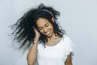 音楽を聴く外国人