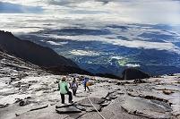 マレーシア ボルネオ島 キナバル山を登る観光客