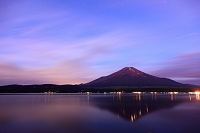 山梨県 山中湖 夜明けの夏富士と登山道の灯り