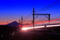 埼玉県 富士山と電車の夜景