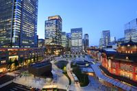 東京都 丸の内のビル郡と東京駅の夜景