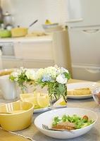 朝食とグラスに飾った花