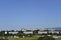 青空と住宅街遠望