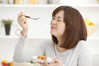 ケーキを食べる若い日本人女性
