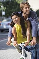 自転車に乗る笑顔の外国人カップル