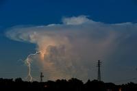 薄暮の頃に沸き立つ積乱雲と稲妻と幕電現象