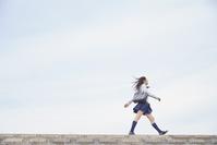 歩く女子高生