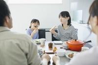 食事する日本人家族