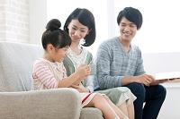 タブレットを見る団らんの日本人家族
