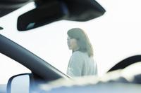 車内越しに見る20代女性