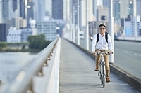 自転車に乗る日本人男性