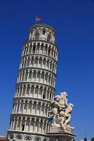 イタリア ピサ ドゥオーモ広場 天使像とピサの斜塔