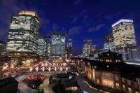 東京駅と丸の内広場の夜景
