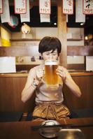 居酒屋でビールを飲む日本人